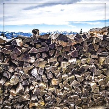 Holzbanse mit Berggipfel
