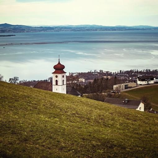 Kirchturm über dem See
