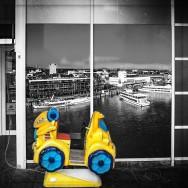 Spielgerät vor einem Supermarkt in Friedrichshafen