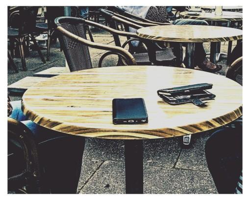 Smartphones auf den Tisch. Zeigt her euere Schuhe......
