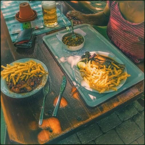 Dorfkrug - Ankunft - Hunger - Curry/Pommes oder Schweinsbraten