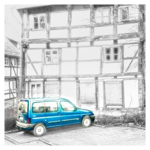 Auto an Fachwerkhaus