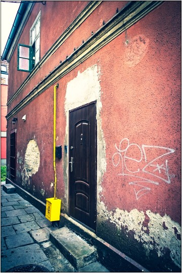 Haus mit Gasanschluß (der gelbe Kasten + Rohr)