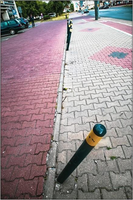 Links Parkplatz - in der Mitte alle Begrenzungspfähle schief