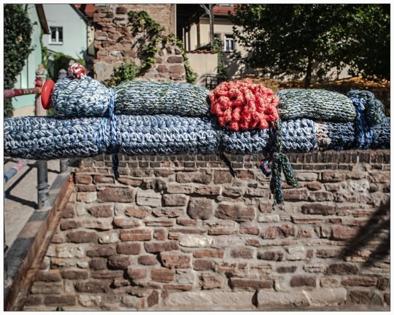 Das ist nett...hier werden Geländer in Wolle gepackt.....
