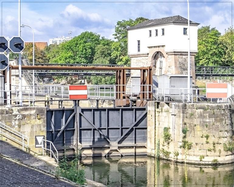 Kassel; Schleuse des Flusses Fulda - Blick vom Spielplatz Unterneustadt
