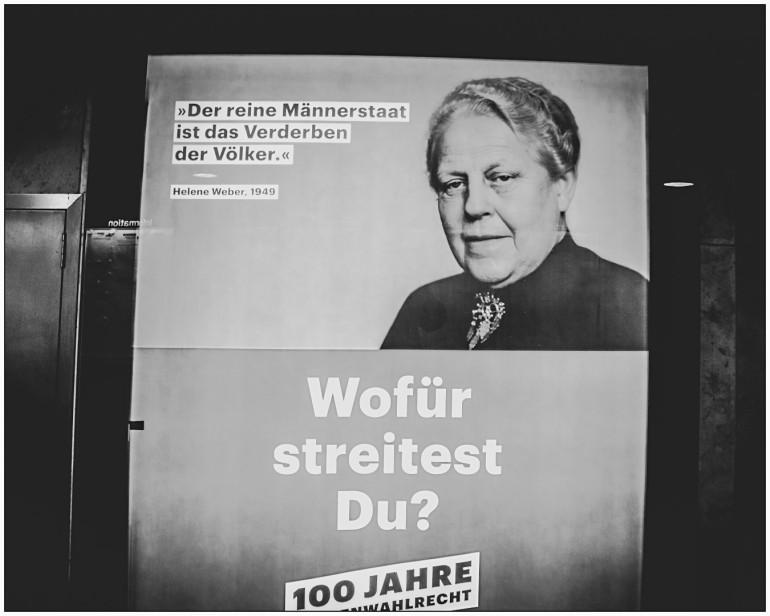Plakat in Berlin: 100 Jahre Frauenwahlrecht