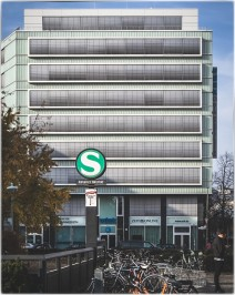"""S-Bahnhof / im Hintergrund das Gebäude der """"ZEIT"""""""