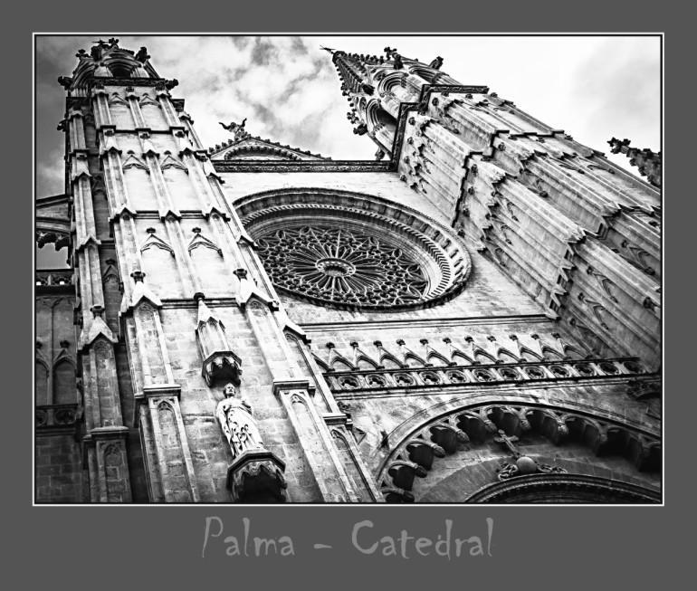 Hauptportel der Kathedrale mit Rahmen