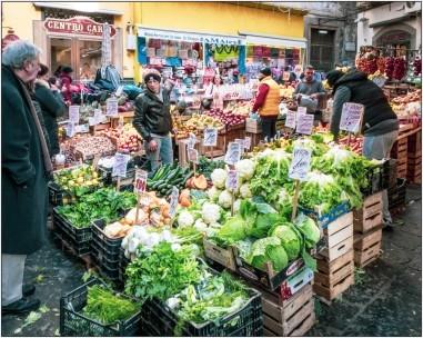 Verkaufstände in der Altstadt von Neapel